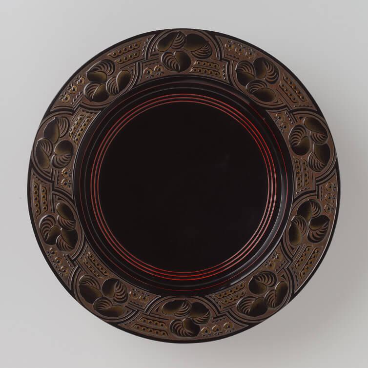 Koshida Bizan (1874–1941), rundes Tablett mit hohem Fuß; der Rand mit stilisierten Pflanzen verziert, 10 x 37.3 cm, Privatsammlung Jan Dees & René van der Star