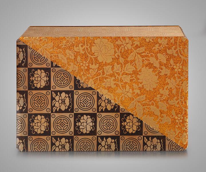 Uematsu Hōbi (1872–1933), Dose mit einem Dekor traditioneller Textilmuster, 13.5 x 14.6 x 21.6 cm, um 1924, Privatsammlung