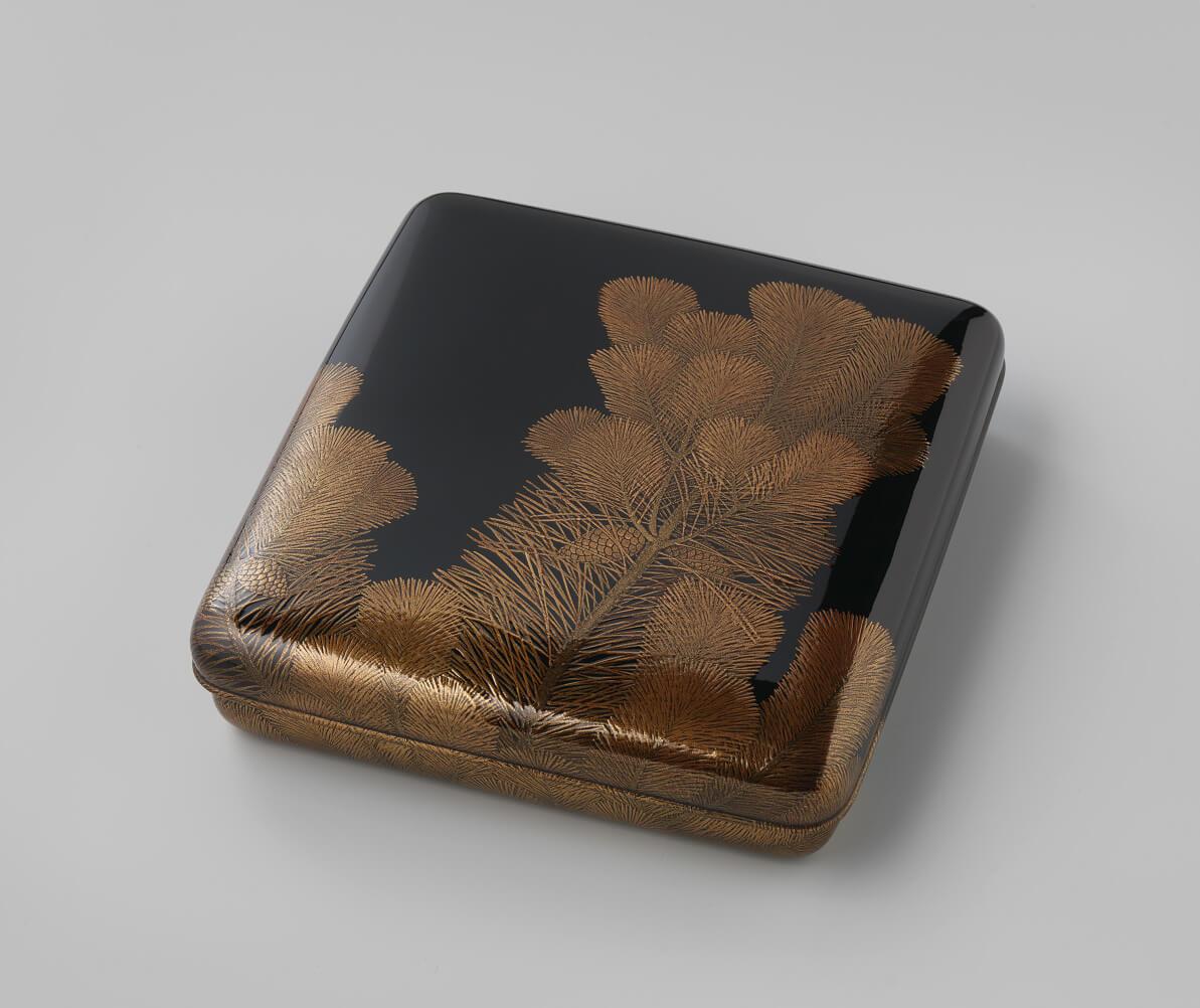 Uono Jisei (1883–1941), Schreibkasten mit einem Dekor von Kiefernschößlingen (1931), 6.4 x 24.4 x 26 cm, Privatsammlung Jan Dees & René van der Star